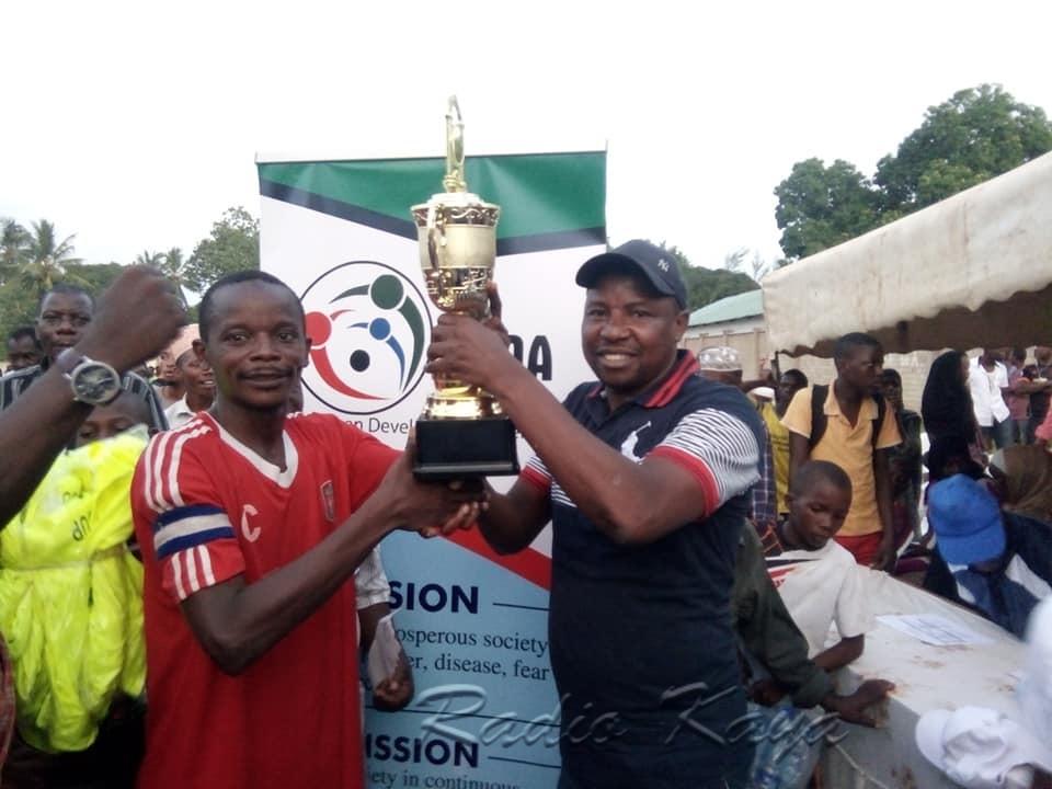 Prof Halimu Shauri akiwatuza Kingstone FC. Picha/ Ras Mangale